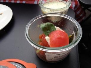 Tomate gorgée de chevre frais au pistou