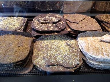plaques de chocolat fraiches à la découpe